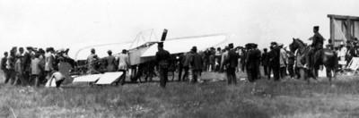 Hombres conducen avión a través de campo aéreo