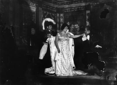 Virginia Fábregas y otros actores interpretan a Napoleón y Josefina
