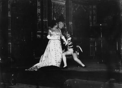 Virginia Fábregas y otro actor interpretan a Napoleón y Josefina