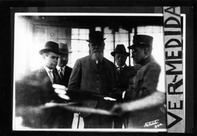 Venustiano Carranza acompañado de otros hombres visitan una fábrica