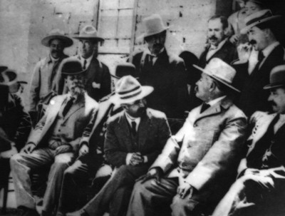 Francisco I. Madero conversa con Abraham González durante el armisticio en el campamento revolucionario