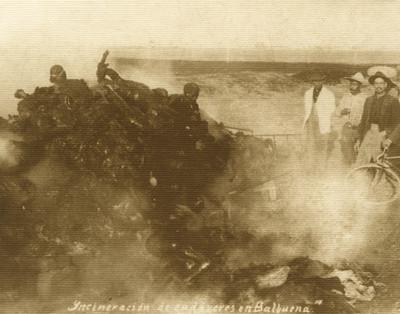 Hombres incineran cadáveres en Balbuena