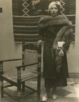 Sra. de Velasco de pie junto a una silla de madera, retratos