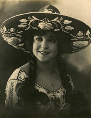 Emma Duval sonríe, viste traje charro, retrato