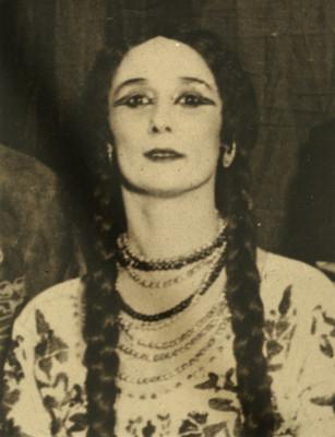 Mujer con traje folclórico, retrato