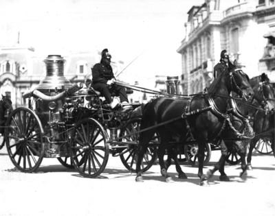 Carreta con bomberos cruza por avenida, reprografía