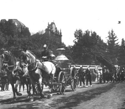 Bomberos en carretas cruzan calle