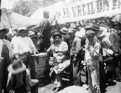 Hombres bebedores de pulque en la pulquería ambulante El Vacilón