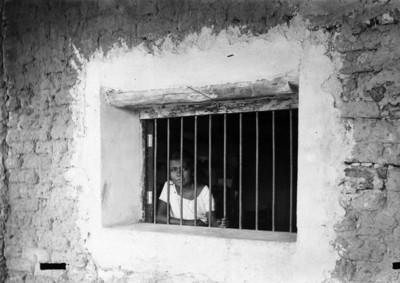 Adolescente Tehuana tras la ventána de una vivienda, retrato