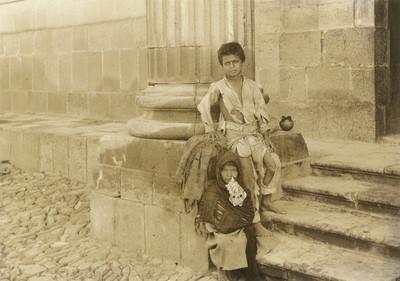 Niños pobres en las escaleras de un edificio