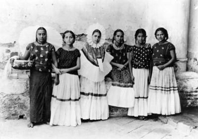 Tehuanas junto a un muro, retrato de grupo