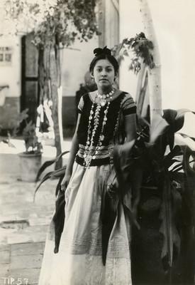 Tehuana en un patio, retrato