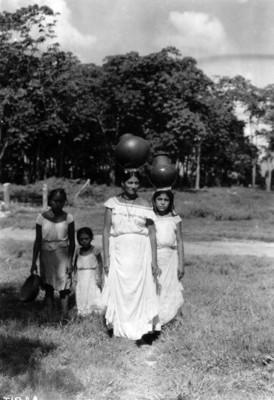Mujeres indígenas carga sobre su cabeza cántaros