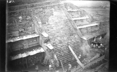 Hombres realizan trabajos de restauración en el Templo de la Serpiente Emplumada