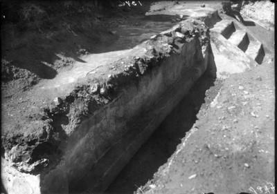 Excavación de la escalinata de un basamento piramidal, Teotihuacán, reprografía