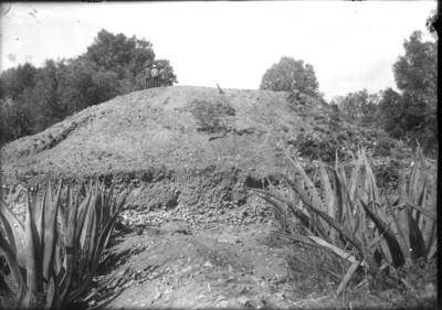 Hombres sobre pirámide sin excavar en Teotihuacán, reprografía