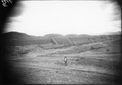 Panorámica de los trabajos de restauración en la Ciudadela de Teotihuacán, reprografía