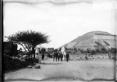 Grupo de funcionarios de visita en la zona arqueológica de Teotihuacán, reprografía