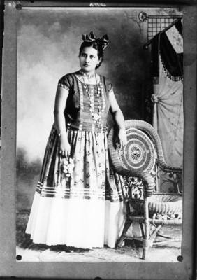 Retrato de mujer con traje de tehuana, reprografía