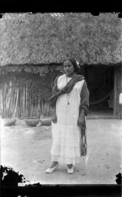 Mujer con traje regional, reprografía