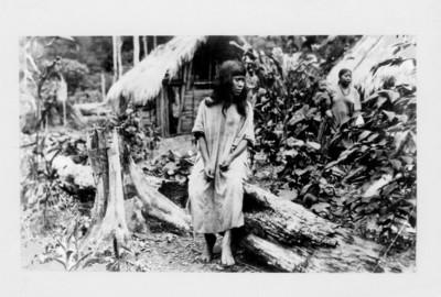 Mujer lacandona sentada en un tronco