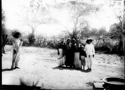 Familia a la orilla de un camino, retrato de grupo