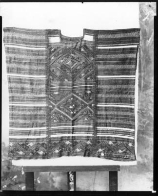 Hupil decorado con bordados geométricos, reprografía