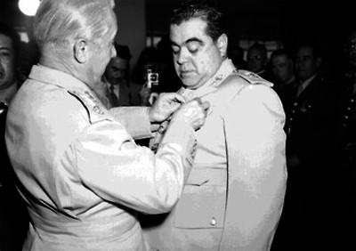 Santiago Piña Soria, general recibiendo una condecoración de otro militar durante una ceremonia