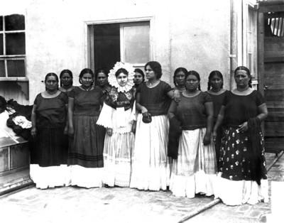 Tehuanas en un patio, retrato de grupo