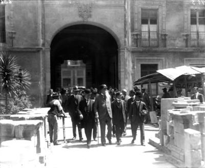 Venustiano Carranza, Luis Castillo Ledón y comitiva, caminan en el patio del Museo Nacional