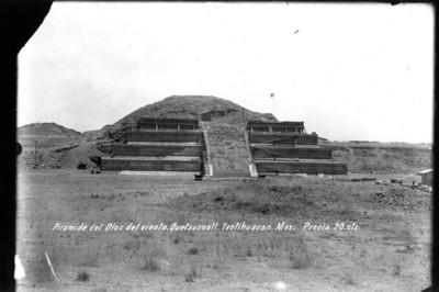 Templo de Quetzalcóatl en restauración, vista frontal
