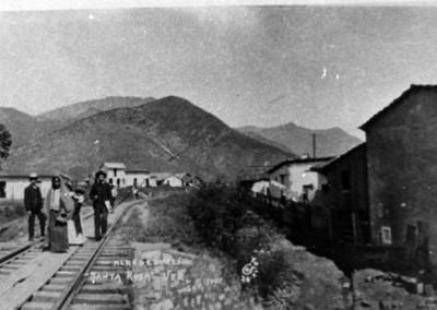 """Gente camina sobre las vías del tren en los """"alrededores de Santa Rosa"""""""