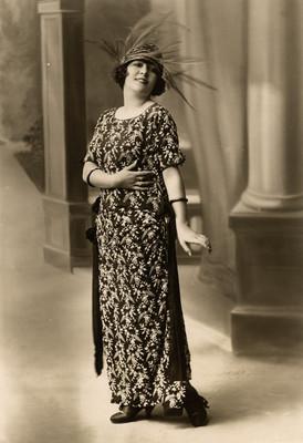 Celia Montalván porta un vestido decorado con flores blancas, retrato