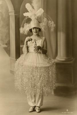 Celia Montalván viste una prenda elaborada de fibras brillantes, retrato