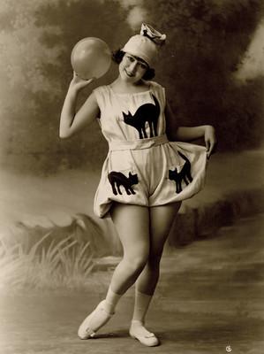 Celia Montalván lleva una atavío con tres gatos estampados, retrato