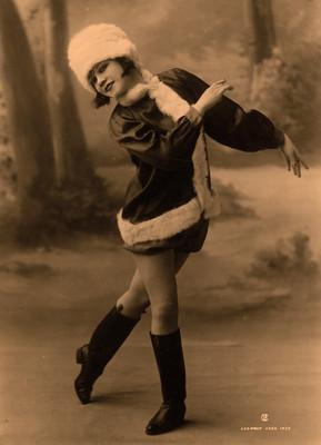 Issa Marcue con traje navideño, retrato