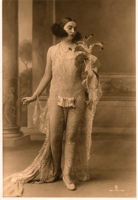 Mujer con vestido elaborado con encajes, retrato