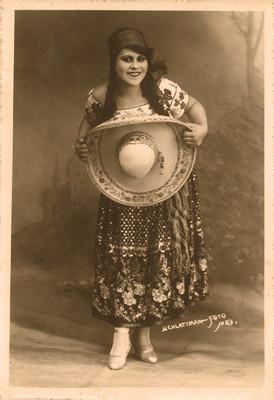 Mujer con vestido folclórico, retrato