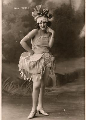Celia Padilla, retrato de pie