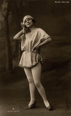 Retrato de Pilar Escuer con una mano en la cintura y otra en la cabeza