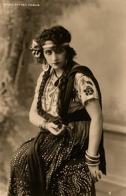 Maria Esther Pomar con traje de china poblana, retrato