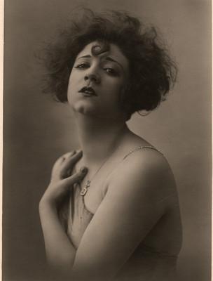 Celia Padilla de frente con mano en el hombro, retrato