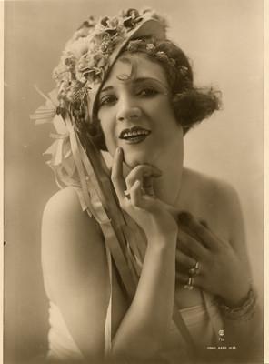 Celia Padilla con sombrero de flores, retrato
