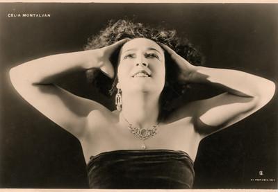 Retrato de Celia Montalván de frente y mirando hacia arriba