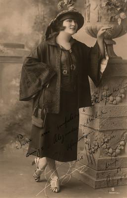 Retrato de Celia Montalván con dedicatoria