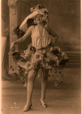 Retrato de Celia Padilla con vestido y sombrero con flores