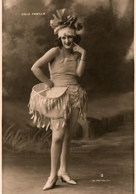 Retrato de Celia Padilla con sombrero de flor
