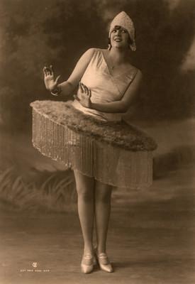 Celia Padilla con falda con cuentas, retrato