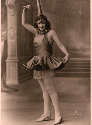 Celia Padilla con vestuario tipo bailarina de ballet, retrato
