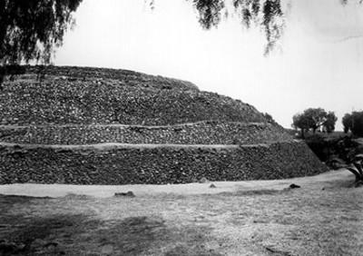 "Vista parcial de la pirámide de Cuicuilco, ""CXXX-60"""